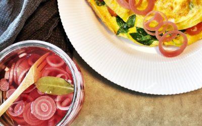 Omelet med syltede rødløg
